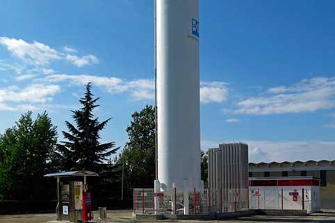 L'uso del gas naturale liquefatto presenta numerosi vantaggi, come la possibilità di rifornire di carburante i veicoli a GNL, ridurre i costi e rispettare l'ambiente