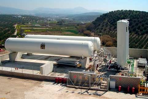Il gas naturale liquefatto (GNL) può raggiungere i settori industriali, attraverso impianti satellitari di rigassificazione, in luoghi dove il tubo non arriva