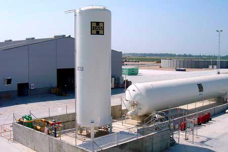 Il gas naturale liquefatto viene immagazzinato per i clienti in serbatoi criogenici dove viene rigassificato se necessario o utilizzato allo stato liquido per fare rifornimento ai mezzi pesanti