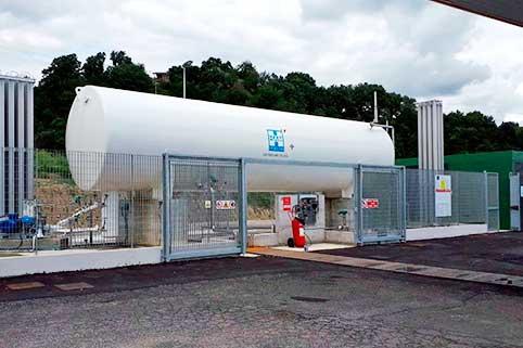Stazione di servizio Ham Italia con una struttura del serbatoio orizzontale che consente il rifornimento di gas naturale compresso (GNC) e gas naturale liquefatto (GNL)