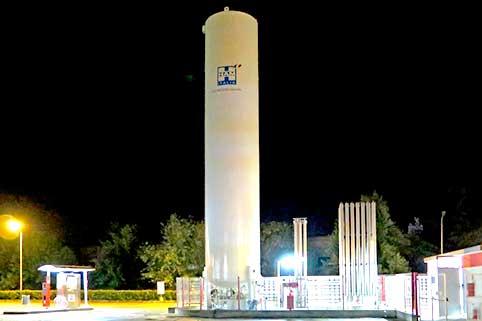 Stazione di servizio Ham Italia con serbatoio verticale che consente il rifornimento di gas naturale liquefatto (GNL) e gas naturale compresso (GNC)