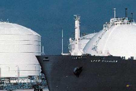 Il gas naturale liquefatto (GNL) è immagazzinato negli impianti di rigassificazione e distribuito mediante condotte al paese di destinazione o su strada in forma liquida